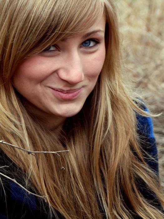 kobieta_dziewczyna_portret_blondynka_usmiech_grymas.jpg