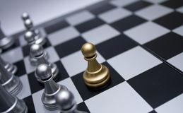szachy-frontowy-z%C5%82ota-pionka-oddzia%C5%82-wojskowy-biel-7016764.jpg