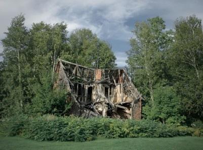 3534934-ruiny-starego-domu-wiejskiego-porzucone-wsrod-drzew.jpg