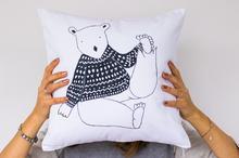 Poduszka Niedźwiedź Polarny w zimowym sweterku