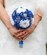 Ślubny bukiet z broszkami SZAFIROWE SZALEŃSTWO