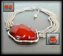 Komplet biżuterii z dużym czerwonym kamieniem