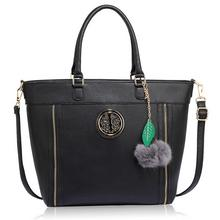 Czarna klasyczna torebka damska z futrzanym breloczkiem - czarny